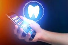 Έννοια της παραγωγής ενός appointement με έναν οδοντίατρο στο διαδίκτυο - τ Στοκ εικόνες με δικαίωμα ελεύθερης χρήσης