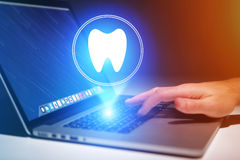Έννοια της παραγωγής ενός appointement με έναν οδοντίατρο στο διαδίκτυο - τ Στοκ Εικόνα