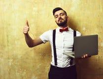 Έννοια της ποιότητας επιτυχίας και εργασίας Εργοδότης με τη γενειάδα στο άσπρο πουκάμισο και τόξο με το lap-top Στοκ φωτογραφίες με δικαίωμα ελεύθερης χρήσης