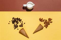 Έννοια της προετοιμασίας για το παγωτό ή τον παγωμένο καφέ Κανάτα κρέμας, δύο φλυτζάνια βαφλών, διεσπαρμένα φασόλια καφέ και αμύγ Στοκ φωτογραφία με δικαίωμα ελεύθερης χρήσης
