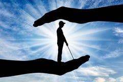 Έννοια της προστασίας και της βοήθειας στα τυφλά με ειδικές ανάγκες άτομα στοκ φωτογραφία με δικαίωμα ελεύθερης χρήσης