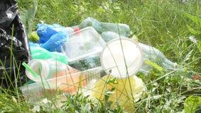 Έννοια της προστασίας του περιβάλλοντος Μπουκάλια πλαστικού και γυαλιού, καλύμματα μπουκαλιών και έγγραφο, απόθεμα βίντεο