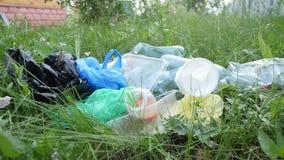 Έννοια της προστασίας του περιβάλλοντος Μπουκάλια πλαστικού και γυαλιού, καλύμματα μπουκαλιών και έγγραφο, φιλμ μικρού μήκους