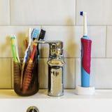 Έννοια της προφορικής υγιεινής μιας μεγάλης οικογένειας πολλές διαφορετικές οδοντόβουρτσες στο υπόβαθρο της στρόφιγγας και του νε στοκ φωτογραφία με δικαίωμα ελεύθερης χρήσης