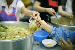 Έννοια της σίτισης: Βοήθεια των ανθρώπων με την πείνα με την ευγένεια στοκ φωτογραφίες