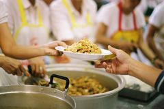 Έννοια της σίτισης: Βοήθεια των ανθρώπων με την πείνα με την ευγένεια στοκ εικόνα με δικαίωμα ελεύθερης χρήσης