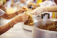 Έννοια της σίτισης: Βοήθεια των ανθρώπων με την πείνα με την ευγένεια στοκ εικόνες