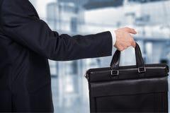 Έννοια της συνεργασίας και της ομαδικής εργασίας Ο επιχειρηματίας περνά την περίπτωση Στοκ Εικόνες