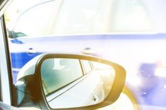 Έννοια της ταχύτητας δρόμος οδήγησης αυτοκι&n Αντανάκλαση σε έναν καθρέφτη αυτοκινήτων Οπισθοσκόπος αντανάκλαση καθρεφτών ανασκόπ Στοκ Εικόνες