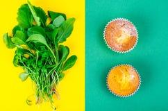 Έννοια της υγιούς κατανάλωσης, επιλογή της σαλάτας ή cupcakes στοκ φωτογραφία