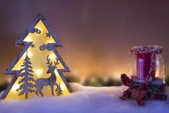 Έννοια τοπίων Χριστουγέννων - διακόσμηση και κερί ταράνδων Στοκ Φωτογραφίες