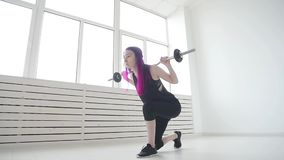 Έννοια του αθλητισμού και της ικανότητας Νέα γυναίκα barbell στη γυμναστική ή το σπίτι απόθεμα βίντεο