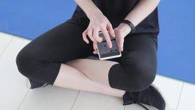 Έννοια του αθλητισμού και της ικανότητας Νέα συνεδρίαση φιλάθλων και χρησιμοποίηση του ιχνηλάτη και του smartphone ικανότητας φιλμ μικρού μήκους