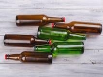 Έννοια του αλκοολισμού, ένα σύνολο μπουκαλιών Μπουκάλια στο υπόβαθρο ενός γκρίζου δέντρου Στοκ εικόνα με δικαίωμα ελεύθερης χρήσης