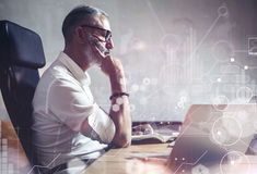 Έννοια του ενήλικου γενειοφόρου επιχειρηματία που κάνει τις μεγάλες επιχειρηματικές αποφάσεις στο σύγχρονο εργασιακό χώρο Σφαιρικ Στοκ Εικόνα