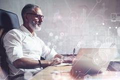 Έννοια του ενήλικου γενειοφόρου επιχειρηματία που ψάχνει λύσεις τις μεγάλες επιχειρήσεων στο σύγχρονο εργασιακό χώρο Σφαιρικό εικ Στοκ εικόνες με δικαίωμα ελεύθερης χρήσης