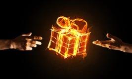 Έννοια του εορτασμού με την καίγοντας χειρονομία συμβόλων και δημιουργιών δώρων πυρκαγιάς Στοκ φωτογραφία με δικαίωμα ελεύθερης χρήσης