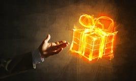 Έννοια του εορτασμού με το καίγοντας σύμβολο δώρων πυρκαγιάς και το φοίνικα επιχειρηματιών Στοκ Εικόνα