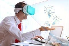 Έννοια του επιχειρηματία με την επιχειρησιακή ιδέα με την εικονική πραγματικότητα γ Στοκ Εικόνες