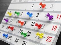 Έννοια του ημερολογίου, υπενθύμιση, οργάνωση - ημερολόγιο με τις ζωηρόχρωμες καρφίτσες Στοκ εικόνες με δικαίωμα ελεύθερης χρήσης