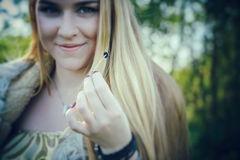Έννοια του θαυμάσιου παραμυθιού με το κορίτσι και το μανιτάρι Στοκ φωτογραφία με δικαίωμα ελεύθερης χρήσης