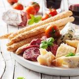 Έννοια του ιταλικού antipasto με το τυρί και το λουκάνικο Στοκ Φωτογραφία