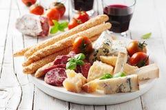 Έννοια του ιταλικού antipasto με το τυρί και το λουκάνικο Στοκ Εικόνα