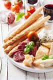 Έννοια του ιταλικού antipasto με το τυρί και το λουκάνικο Στοκ Εικόνες