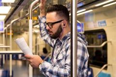 Έννοια του προσδιορισμού, υποχρέωση Ο έξυπνος μελετητής που φορά τα γυαλιά μεταφέρει δημόσια στοκ φωτογραφίες