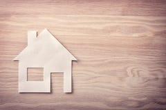 Έννοια του σπιτιού στο έγγραφο για την ξύλινη κορυφή στοκ εικόνα