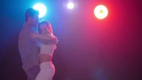 Έννοια του χορού και των σχέσεων Νέος όμορφος αισθησιακός χορός χορού ζευγών στο φως χρώματος φιλμ μικρού μήκους