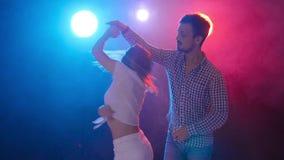 Έννοια του χορού και των σχέσεων Νέος όμορφος αισθησιακός χορός χορού ζευγών στο φως χρώματος απόθεμα βίντεο