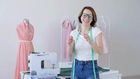 Έννοια του χόμπι και της μικρής επιχείρησης Όμορφος νέος θηλυκός ράφτης που χαμογελά στη κάμερα απόθεμα βίντεο