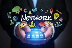 Έννοια του smartphone εκμετάλλευσης ατόμων με τον τίτλο δικτύων και multime Στοκ φωτογραφία με δικαίωμα ελεύθερης χρήσης