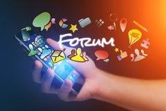 Έννοια του smartphone εκμετάλλευσης ατόμων με τον τίτλο και το multimedi φόρουμ Στοκ εικόνα με δικαίωμα ελεύθερης χρήσης
