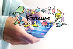 Έννοια του smartphone εκμετάλλευσης ατόμων με τον τίτλο και το multimedi φόρουμ Στοκ Φωτογραφία