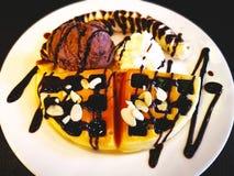 Έννοια τροφίμων και επιδορπίων Βάφλες με το μόριο παγωτού σοκολάτας Στοκ Εικόνα