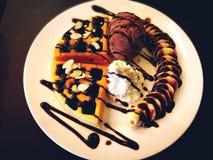 Έννοια τροφίμων και επιδορπίων Βάφλες με το μόριο παγωτού σοκολάτας Στοκ Φωτογραφίες