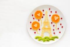 Έννοια τροφίμων τέχνης Πύργος του Άιφελ με τη σκιαγραφία των ερωτευμένων και διαμορφωμένων καρδιά σφαιρών ζευγών Τηγανίτες δαντελ Στοκ Φωτογραφίες