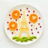 Έννοια τροφίμων τέχνης Πύργος του Άιφελ με τη σκιαγραφία των ερωτευμένων και διαμορφωμένων καρδιά σφαιρών ζευγών Τηγανίτες δαντελ Στοκ φωτογραφίες με δικαίωμα ελεύθερης χρήσης