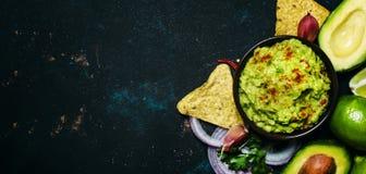 Έννοια τροφίμων tex-Mex, καλαμπόκι Nachos και σάλτσα Guacamole, πλάτη τροφίμων στοκ εικόνες