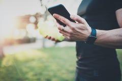 Έννοια τρόπου ζωής Workout Μυϊκός όμορφος αθλητής που ελέγχει τις μμένες θερμίδες στην εφαρμογή smartphone μετά από καλό στοκ εικόνες