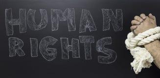 Έννοια των ανθρώπινων δικαιωμάτων: αλυσοδεμένο άτομο ενάντια στο κείμενο: Ημέρα των ανθρώπινων δικαιωμάτων που γράφεται στον πίνα Στοκ Εικόνες