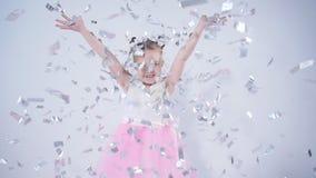 Έννοια των διακοπών και του κόμματος Ευτυχές μικρό κορίτσι που ρίχνει το κομφετί απόθεμα βίντεο