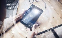 Έννοια των εικονικών διεπαφών, ψηφιακά εικονίδια, σε απευθείας σύνδεση συνδέσεις Θηλυκά χέρια τοπ άποψης που κρατούν τη σύγχρονη  Στοκ Φωτογραφίες