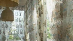 Έννοια των εσωτερικών παραθύρων μεγάλα παράθυρα ολόκληρα που διακοσμεί με τις floral κουρτίνες τυπωμένων υλών διανυσματική απεικόνιση