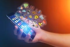Έννοια των δημιουργικών εικονιδίων mulitmedia που πετούν πέρα από μια τεχνολογία μέσα Στοκ φωτογραφία με δικαίωμα ελεύθερης χρήσης