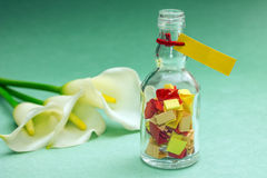 Έννοια των καλών μνημών Φωτεινές σημειώσεις με τα λουλούδια Στοκ φωτογραφία με δικαίωμα ελεύθερης χρήσης