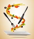Έννοια των πετώντας τροφίμων με τα παραδοσιακά ιταλικά ζυμαρικά και το vegeta Στοκ φωτογραφία με δικαίωμα ελεύθερης χρήσης