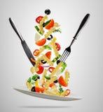 Έννοια των πετώντας τροφίμων με τα παραδοσιακά ιταλικά ζυμαρικά και το vegeta Στοκ Φωτογραφία